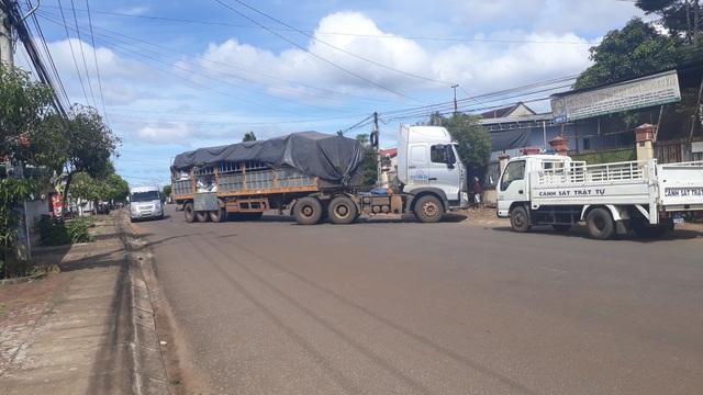 Xe tải chắn ngang đường gây cản trở giao thông.