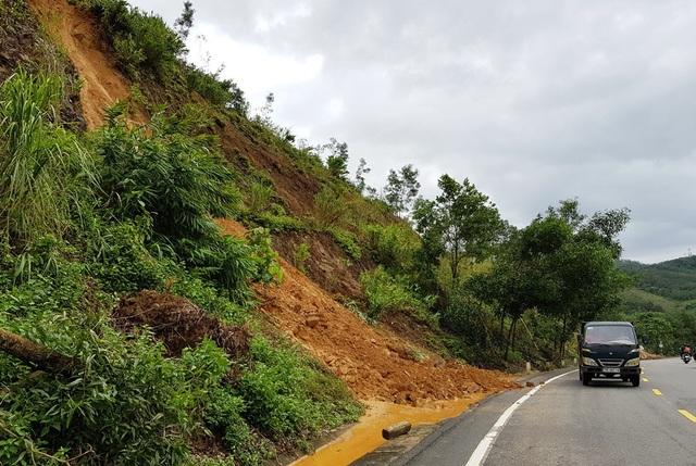 Mưa lớn khiến đất đá từ trên núi thuộc quốc lộ 27C đường Nha Trang - Đà Lạt bị sạt lở
