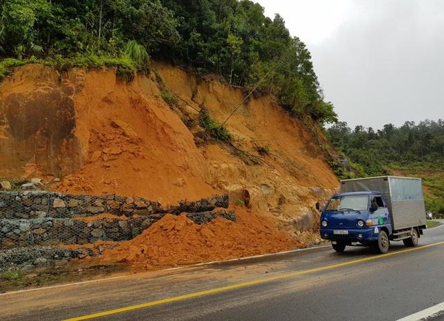 Hiện nay, nhiều điểm trên đèo Khánh Lê tiếp tục có nguy cơ sạt lở do mưa lớn kéo dài vào những ngày đầu tháng 12