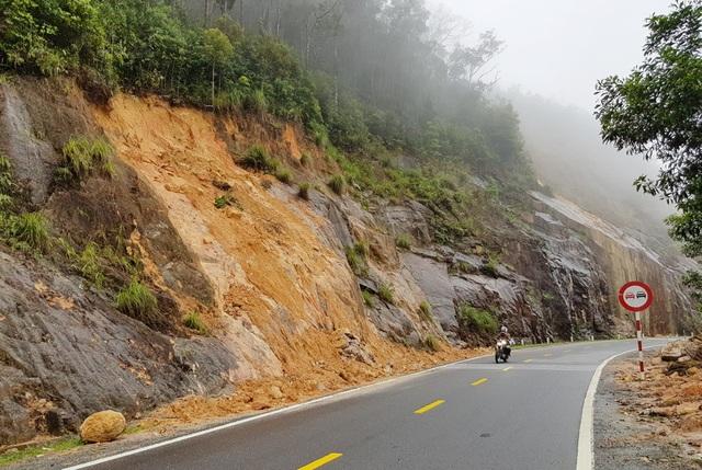 Những ngày qua, mưa lớn khiến nhiều điểm núi trên đường Nha Trang - Đà Lạt ngậm nước, có thể sạt lở bất cứ lúc nào