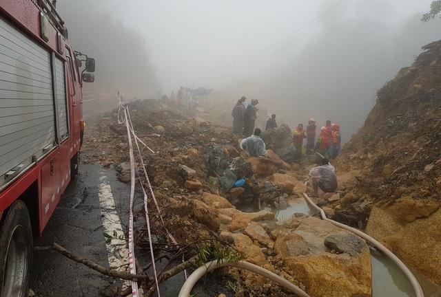 Cảnh sát PCCC Công an tỉnh Khánh Hòa nỗ lực tìm kiếm nam thanh niên bị hất xuống vực trên đường Nha Trang - Đà Lạt