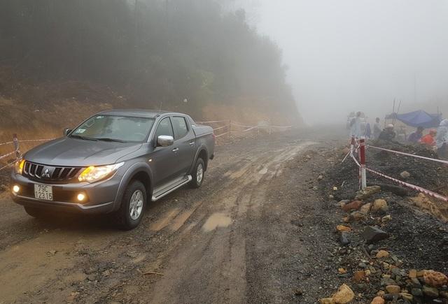 Tuyến đèo nối Nha Trang - Đà Lạt đã được thông một làn vào sáng nay 3/12 sau nỗ lực hốt dọn 7.000m3 đất đá sạt lở do mưa lớn