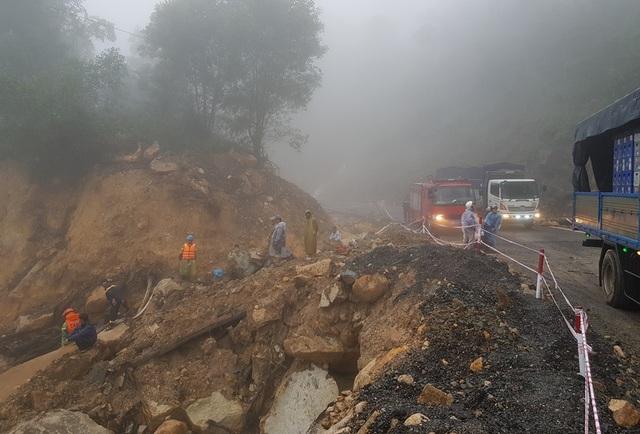 Tại Km57, một đôi nam nữ bị hất xuống vực do mưa lớn. Hiện nay, thi thể nạn nhân nữ đã được tìm thấy, còn nam thanh niên đang mất tích
