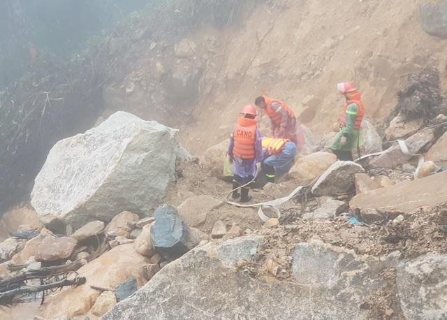 Lực lượng chức năng nghi ngờ nam thanh niên bị mắc kẹt bên dưới đất đá