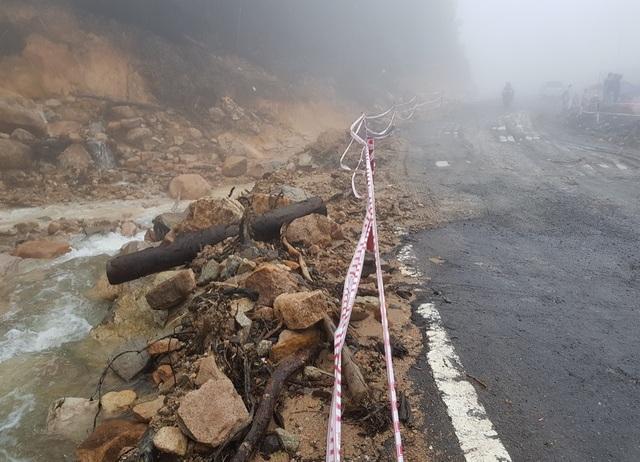 Hôm qua, đôi nam nữ đi qua khu vực này đã bị nước lớn từ trên núi đổ xuống hất văng xuống vực sâu