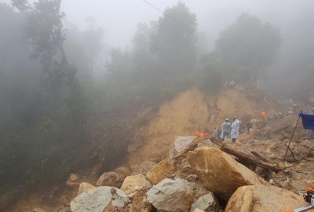 Khu vực tìm kiếm đất đá ngổn ngang và tầm nhìn hạn chế do sương mù