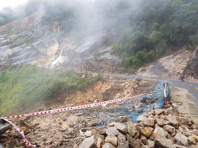 Hiện nay, tuyến đèo Khánh Lê nối Nha Trang - Đà Lạt đang bị tê liệt do sạt lở nghiêm trọng vào sáng 2/12