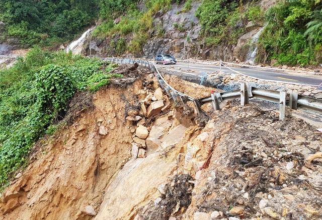 Đường Nha Trang - Đà Lạt (thuộc quốc lộ 27C) bị sạt lở taluy vào tháng 11 năm nay