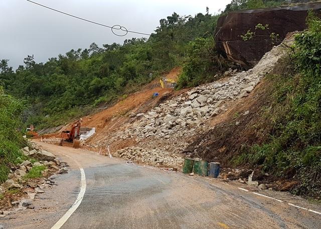 Lực lượng chức năng đang gia cố nhiều điểm có nguy cơ sạt lở trên đèo Khánh Lê (Khánh Hòa) thuộc quốc lộ 27C, vào cuối tháng 11 năm nay