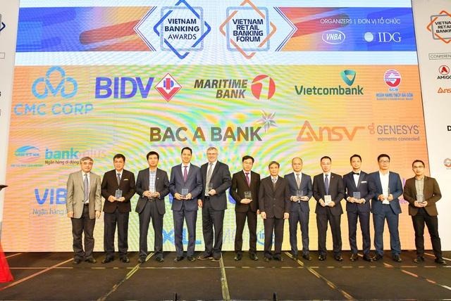 Đại diện Vietcombank, ông Thomas William Tobin – Giám đốc Khối Bán lẻ (thứ 5 từ trái sang) nhận kỷ niệm chương do Ban Tổ chức trao tặng
