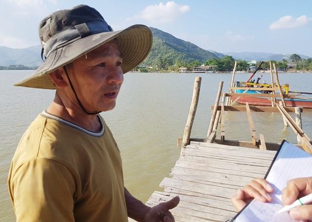 Ông Nguyễn Xuân Thuận trao đổi với phóng viên về tiến độ khắc phục cầu gỗ Phú Kiểng bắc qua sông Cái Nha Trang, chiều 12/12