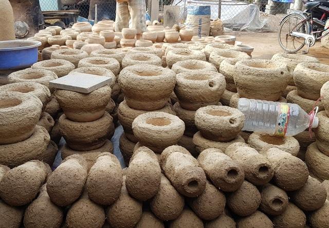 Các khuôn đúc bằng đất sét đã sẵn sàng để cho ra những sản phẩm chất lượng