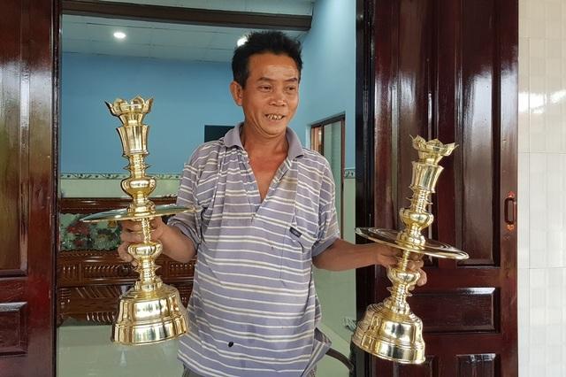 Sản phẩm chân đèn sau gia công ở làng nghề đúc đồng Phú Lộc Tây 1 (Khánh Hòa)