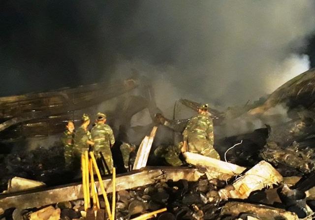 Công tác tìm kiếm gặp nhiều khó khăn do lửa vẫn âm ỉ cháy