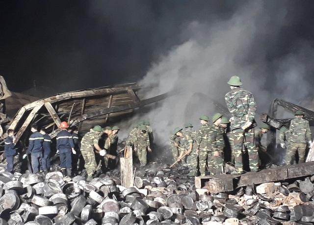 Vụ cháy cơ sở bánh kẹo: Dập lửa xuyên đêm, phát hiện thêm một thi thể - 4