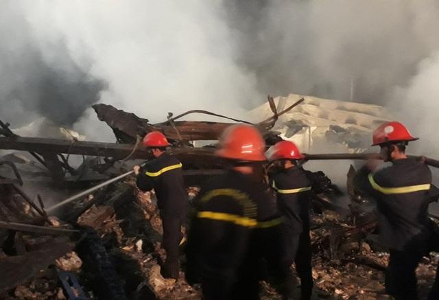 Lực lượng Cảnh sát PCCC Thanh Hóa vẫn phải túc trực phun nước làm mát đám cháy và theo dõi tình hình