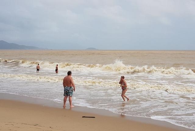Nha Trang: Sóng lớn, du khách thản nhiên tắm biển dù bị nghiêm cấm - 1