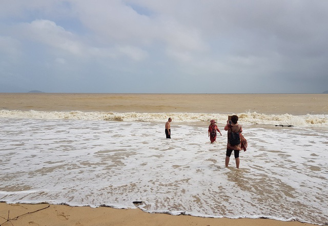 Nha Trang: Sóng lớn, du khách thản nhiên tắm biển dù bị nghiêm cấm - 2