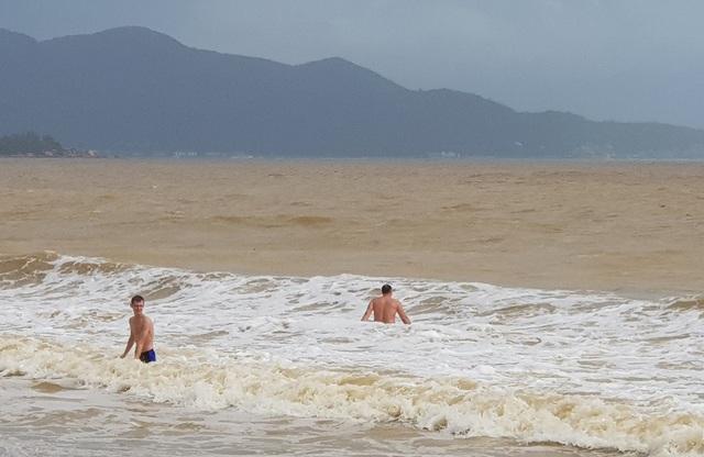Nha Trang: Sóng lớn, du khách thản nhiên tắm biển dù bị nghiêm cấm - 3
