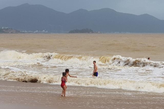 Nha Trang: Sóng lớn, du khách thản nhiên tắm biển dù bị nghiêm cấm - 4