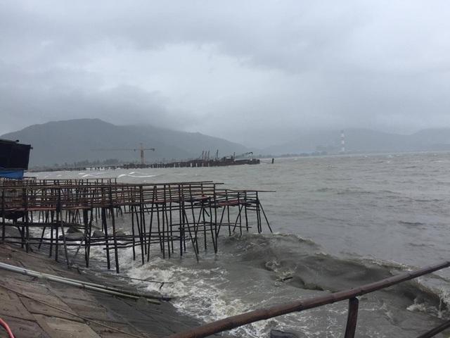 Việc thi công cầu cảng số 3 ở cảng Vũng Áng đã phải tạm dừng do bão số 2.