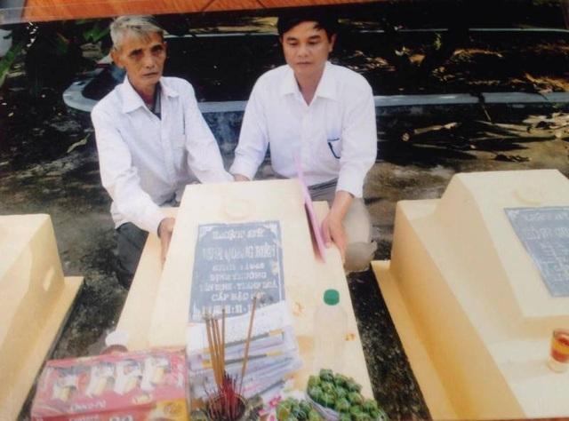 Ông Đinh Quang Ban (em trai ông Đinh Quang Biên) và anh Hoạt tại phần mộ liệt sĩ Đinh Quang Biên ở Nghĩa trang Liệt sĩ thị trấn Nông trường Việt Trung, Bố Trạch, Quảng Bình