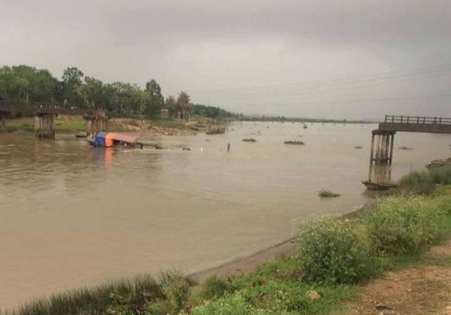 Một tàu cát chìm dưới sông, nghi chính là thủ phạm đâm gãy cầu.