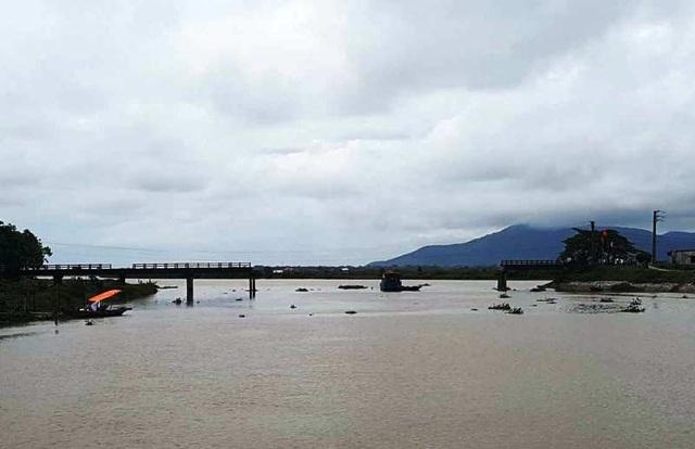 Cây cầu đã bị đâm sập nhịp chính giữa sông.