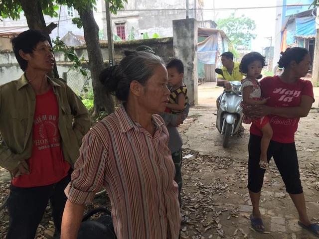 Những người dân bức xúc đề nghị làm rõ nhiều nội dung khúc mắc trong việc thu hồi đất lúa làm dự án làng nghề.