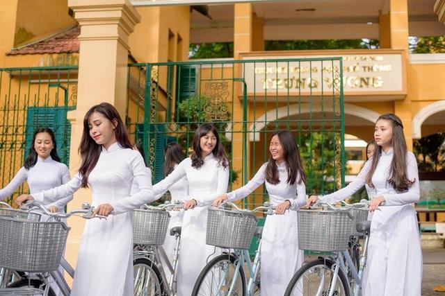 Ngẩn ngơ nhìn nữ sinh diện áo dài trắng dạo phố - 5
