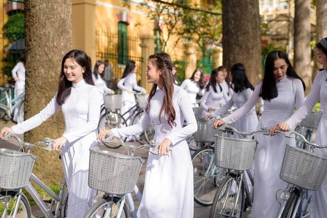 Ngẩn ngơ nhìn nữ sinh diện áo dài trắng dạo phố - 9
