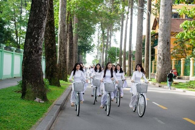 Ngẩn ngơ nhìn nữ sinh diện áo dài trắng dạo phố - 12
