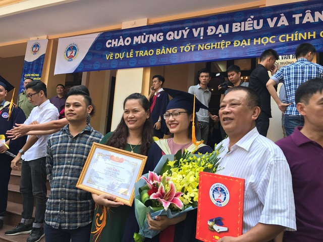 Tân cử nhân và gia đình trong lễ nhận bằng tốt nghiệp