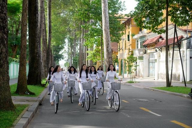 Ngẩn ngơ nhìn nữ sinh diện áo dài trắng dạo phố - 8