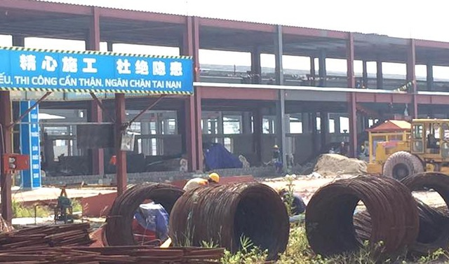 Công nhân đang thi công rầm rộ tại công trường dự án sản xuất tấm silic và lắp ráp tấm pin năng lượng. (Ảnh chụp sáng ngày 29/7).