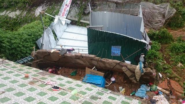 Lở đất gây sập nhà, một cụ ông nhập viện - 1