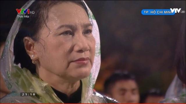 Chủ tịch Quốc hội Nguyễn Thị Kim Ngân với xúc cảm sâu lắng khi tiếng hát về chị Võ Thị Sáu vang lên. (Ảnh: Nguyễn Dương)