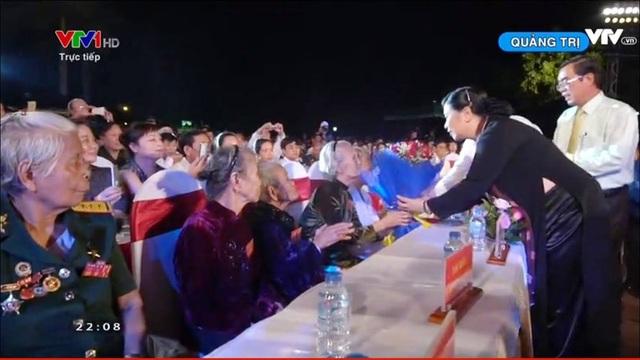 Các lãnh đạo Đảng, Nhà nước ở các đầu cầu thăm hỏi, tặng hoa, tri ân các Mẹ Việt Nam anh hùng, những thương, bệnh tinh tham gia chương trình.