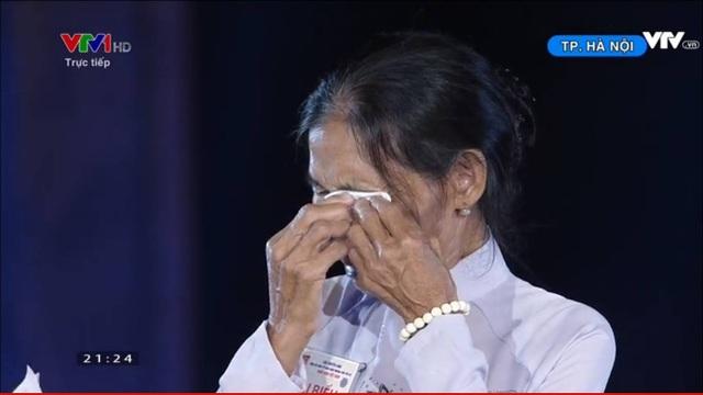 Bà Khanh không thể kìm nén nỗi xúc động khi nhận lại kỷ vật của cha nuôi.