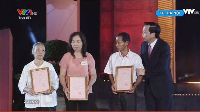 Bộ trưởng Đào Ngọc Dung trao chứng nhận ADN cho thân nhân các liệt sỹ.