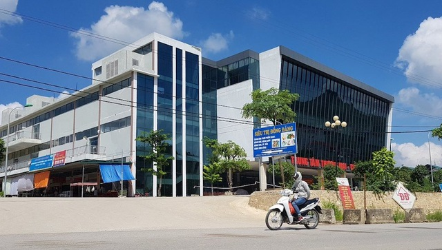 Trung tâm thương mại mới được xây dựng khang trang, nhằm thay thế cho chợ Đồng Đăng cũ.
