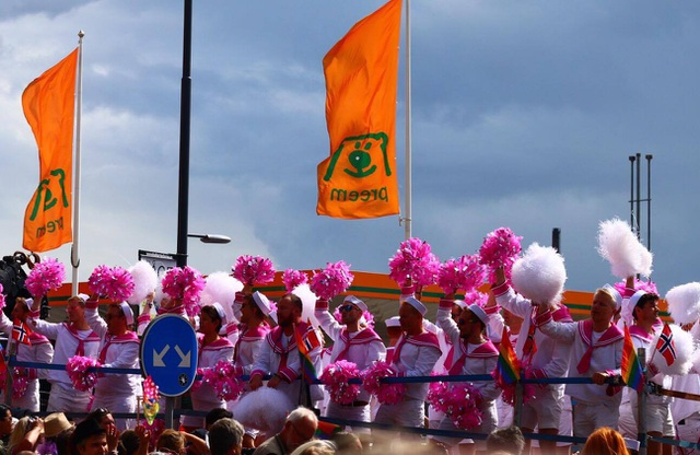 Nhiều đoàn từ các quốc gia trên thế giới cũng tham gia cuộc diễu hành Stockholm Pride năm nay. Đoàn từ nước láng giềng Na Uy, trong trang phục thuỷ thủ, là một trong những đoàn diễu hành đầu tiên và đã tạo nên không khí vô cùng sôi động.