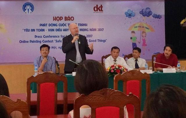"""Ông Michael Evans - Trưởng đại diện phát ngôn của tổ chức DKT International Inc tại Việt Nam chia sẻ tại buổi phát động cuộc thi vẽ tranh """"Yêu an toàn - Vạn điều hay"""""""