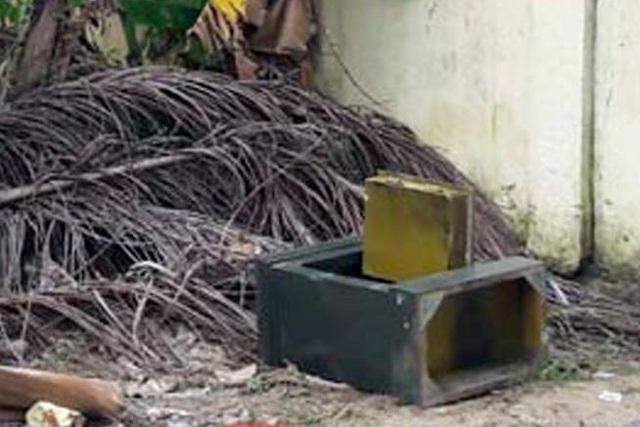 Chiếc két sắt của UBND xã Lý Học bị khênh ra ngoài và bị phá tung (ảnh L.V.T)