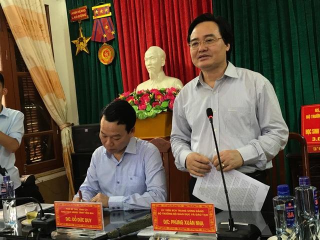 Bộ trưởng Phùng Xuân Nhạ chia sẻ khó khăn với học sinh vùng lũ Mù Cang Chải - 7