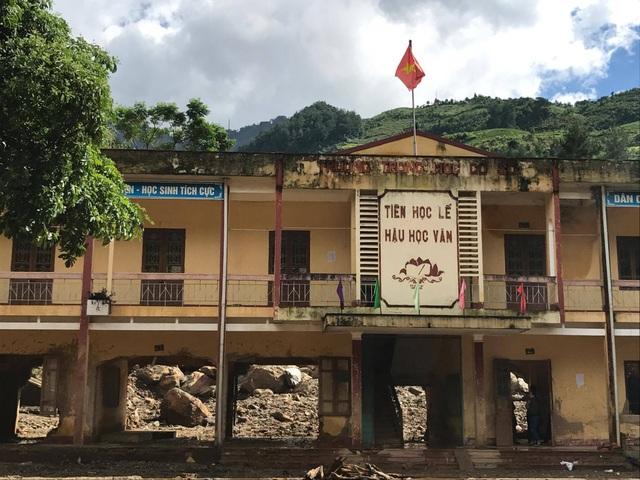 Bộ trưởng Phùng Xuân Nhạ chia sẻ khó khăn với học sinh vùng lũ Mù Cang Chải - 2