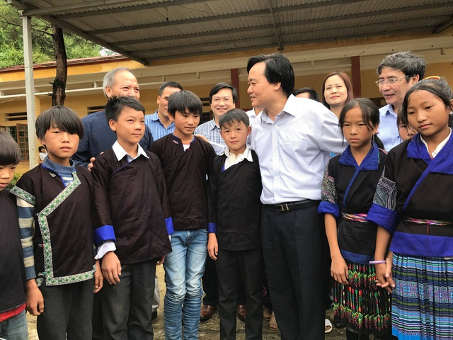 Bộ trưởng Phùng Xuân Nhạ với học sinh trường PTDT bán trú - THCS Cao Phạ