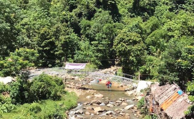 Ngày 1/9 tới cầu mang tên Dân trí thứ 13 sẽ khánh thành và đưa vào sử dụng. Với việc khánh thành cầu Dân trí ở xã Hữu Khuông càng làm cho bà con dân bản ở đây vui hơn, từ nay không còn cảnh nhìn các em học sinh lội qua suối nữa.