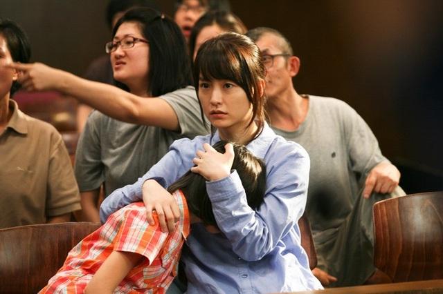 Thầy giáo Kang In-ho đã cùng với một nhà hoạt động xã hội đưa sự việc ra ánh sáng, dù vậy, mọi việc không hề đơn giản...