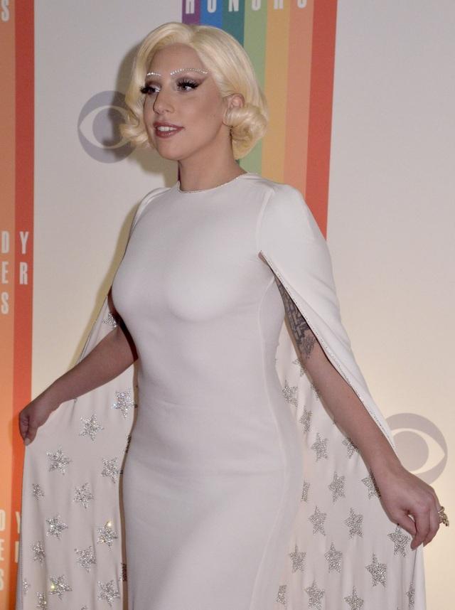 """Một lần xuất hiện nhẹ nhàng """"giảm tông"""" của Gaga."""
